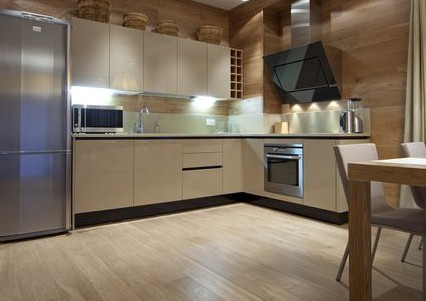 Ламинат на кухне от фирмы Аква Степ