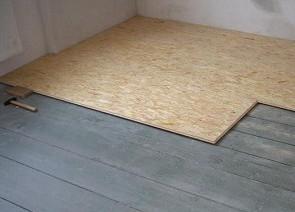 листы фанеры на полу