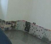 стены, закрытые газетой и скотчем